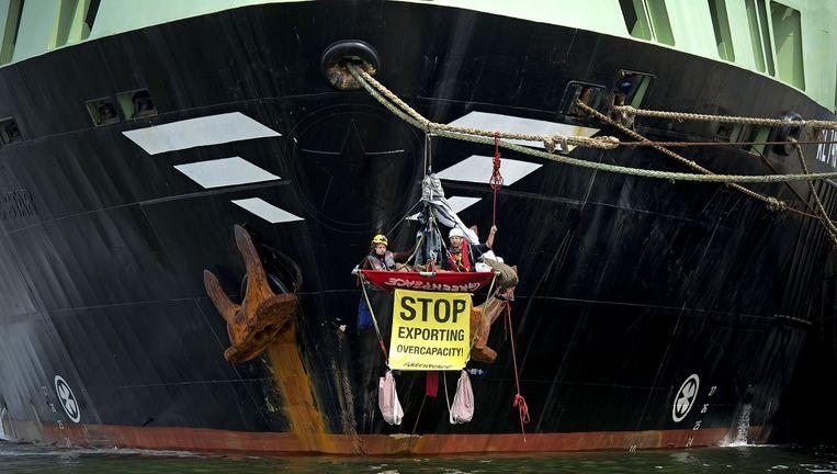 Greenpeace-activisten voorkomen in 2012 dat het reusachtige schip de Margiris de haven van IJmuiden verlaat. Beeld AFP/Getty Images