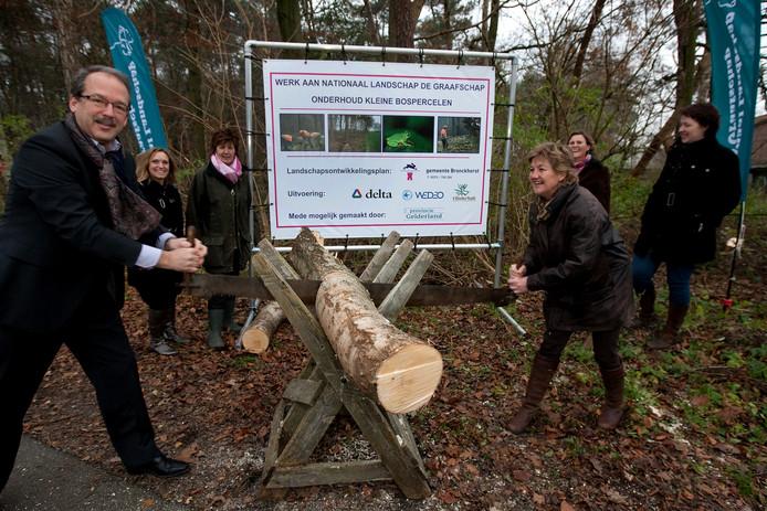 Bronckhorster wethouder Dorien Mulderije en algemeen directeur Walter Cantrijn van sociaal werkvoorzieningsschap Delta gaven in het verleden in Vorden het startsein voor het project 'Achterstallig onderhoud kleine particuliere bospercelen'.