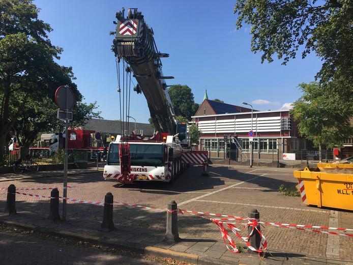 Een grote hijskraan en enkele vrachtwagens blokkeerden vrijdag de straat en stoep in de Akkerlaan om een nieuw klaslokaal te plaatsen bij basisschool De Akker.