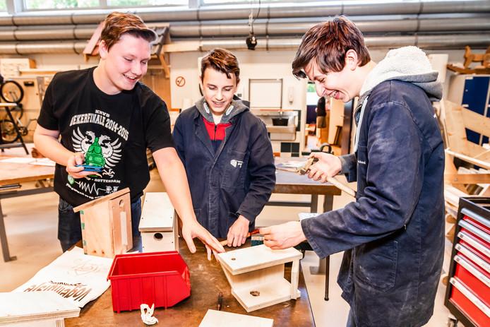 Willem (midden) en Guus (rechts) maken vogelhuisjes die via ghp-store.nl te koop zijn. Michiel (links) fotografeert ze voor deze webshop.