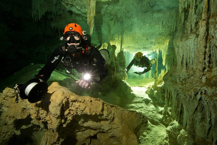 Duikers meten de lengte van de Mexicaanse onderwatergrot Sac Actun die verbonden blijkt te zijn met het Dos Ojos-grottenstelsel. Hierdoor is de onderwatergrot liefst 347 kilometer lang. Hierdoor blijkt het de langste onderwatergrot ter wereld te zijn. Foto Herbert Mayrl