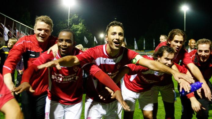 De spelers van Harkemase Boys vieren de zege op Willem II.