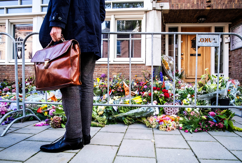 Bloemen bij het kantoor van de doodgeschoten advocaat Derk Wiersum. Beeld ANP