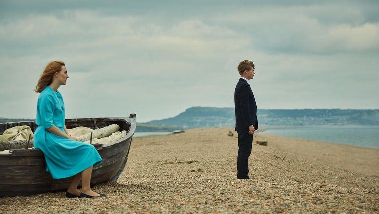 In een hotel bij het strand hopen de twintigers Florence Ponting en Edward Mayhew hun huwelijk te consummeren. Beeld On Chesil Beach