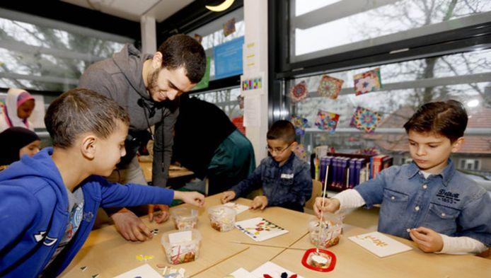 Bij veel kinderen thuis bestaat geen leescultuur, de bron van taalachterstand. Op de zomerschool wordt taal gestimuleerd.