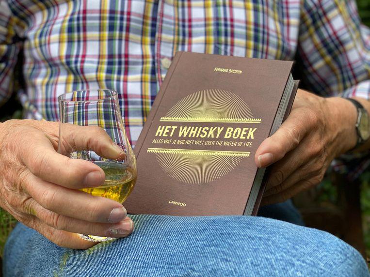 Het boek telt 384 pagina's in een handig formaat, zodat je steeds een hand vrij hebt voor een glas.