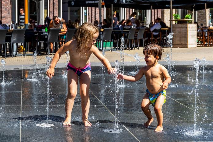 Kinderen spelen in de 'bedriegertjes' in Leidsche Rijn Centrum.