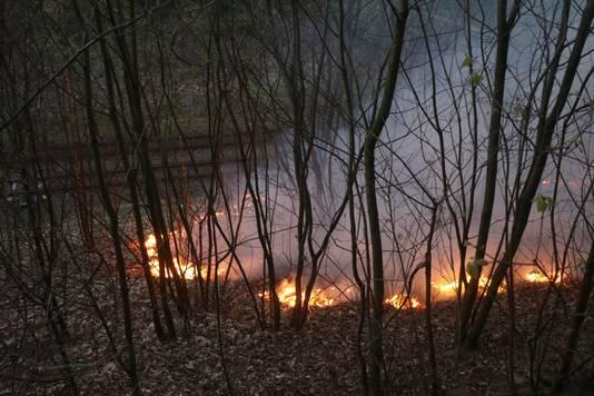 Een van de brandhaarden langs het spoor in Ede.