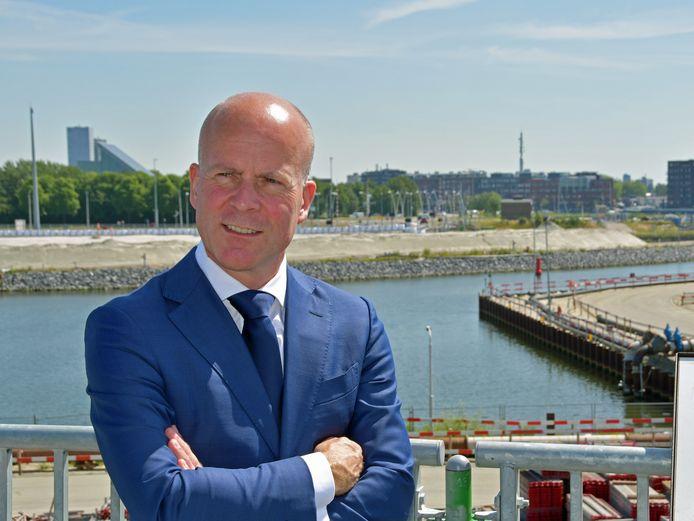 Na zijn werkbezoek aan Terneuzen ging staatssecretaris Knops naar Middelburg voor onderhandelingen over de compensatie voor het mislopen van de marinierskazerne.