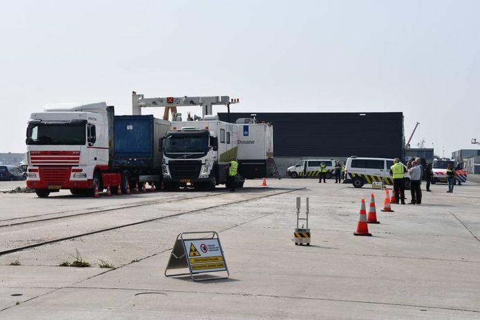 De douane heeft een containerscanner meegenomen. Daarmee kan de inhoud van containers bekeken worden.