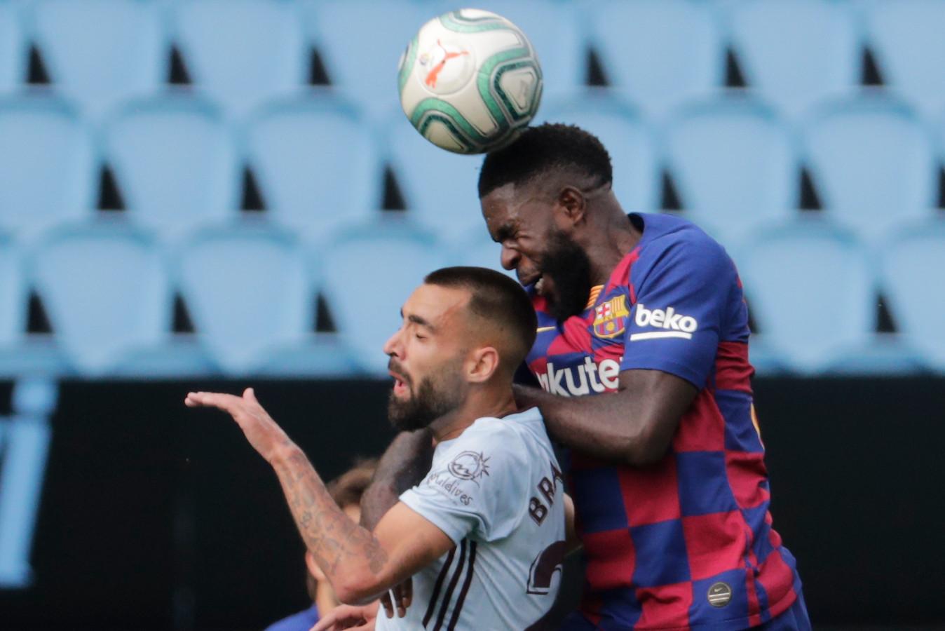 Samuel Umtiti in duel met Brais Mendez tijdens de wedstrijd waaraan hij knieklachten overhield.