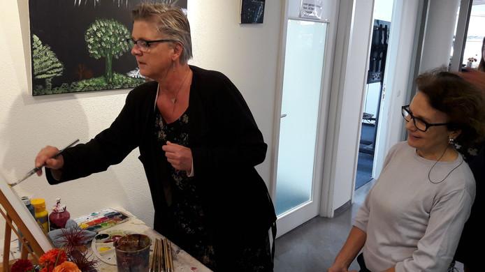 Wethouder Marianne de Bie opent op een creatieve manier de expositie Talenten in het Annahuis.