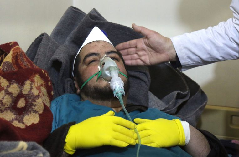 Groeperingen verbonden aan de Syrische oppositie hebben beelden verspreid van slachtoffers die moeite hebben met ademhalen. Beeld AFP
