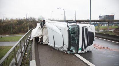 Oprit meer dan zes uur versperd door gekantelde vrachtwagen