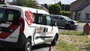 Postauto in flank gegrepen op kruispunt