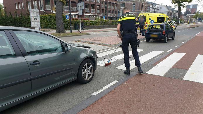 Veel schade bij een kop-staartbotsing op de Hengelosestraat in Enschede.