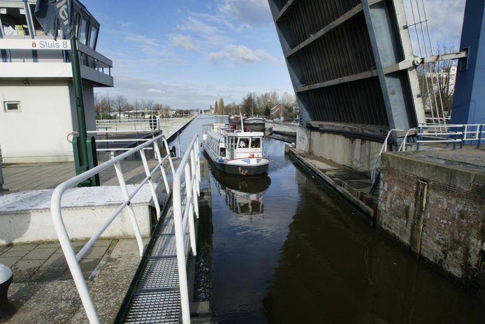 Een rondvaartboot passeert Sluis 8 aan de zuidkant van Helmond.
