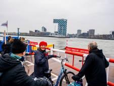 Gezellig kleumen op de gratis pont over de Nieuwe Maas