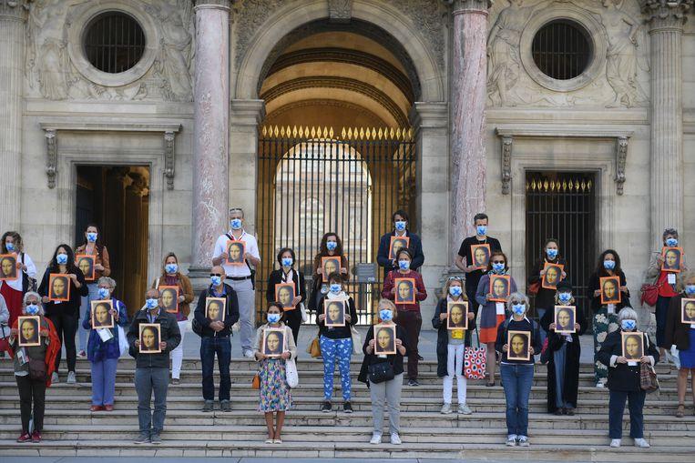 Protesterende gidsen bij het Louvre in Parijs. Beeld Getty
