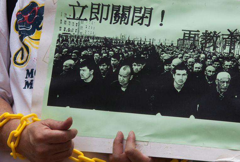 Demonstranten gingen vorige maand in Hongkong de straat op uit protest tegen de opsluiting van vermoedelijk een miljoen Oeigoeren in de regio Xinjiang.  Beeld EPA