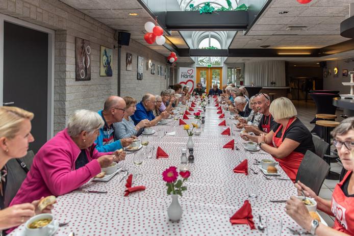 Een volle tafel bij de eerste avond van Resto VanHarte in Krabbendijke.