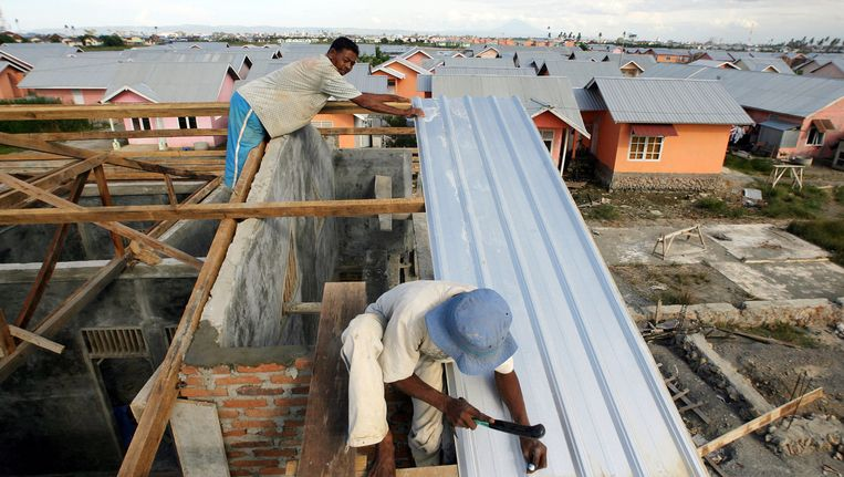 In Banda Atjeh, dat in 2004 zwaar werd getroffen door de tsunami, worden nieuwe huizen gebouwd. (Foto uit 2006) Beeld afp