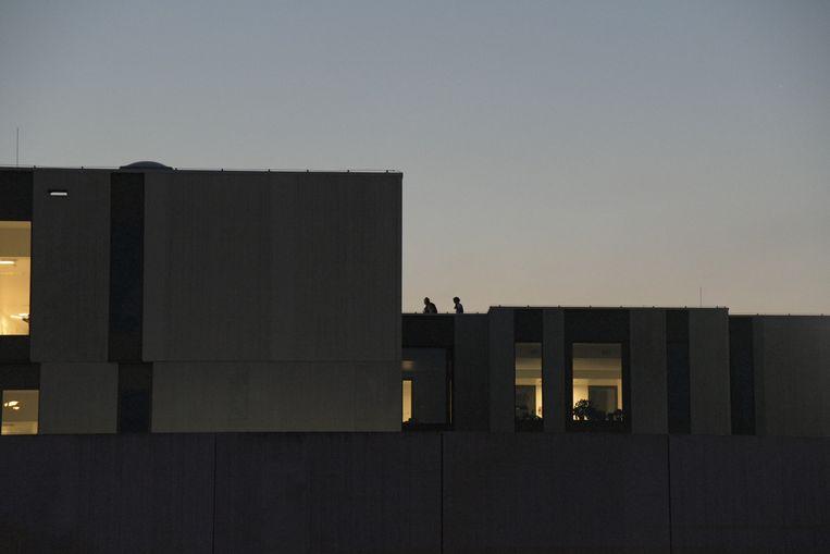 Speciale eenheden van de federale politie op het dak van het FPC in Antwerpen.