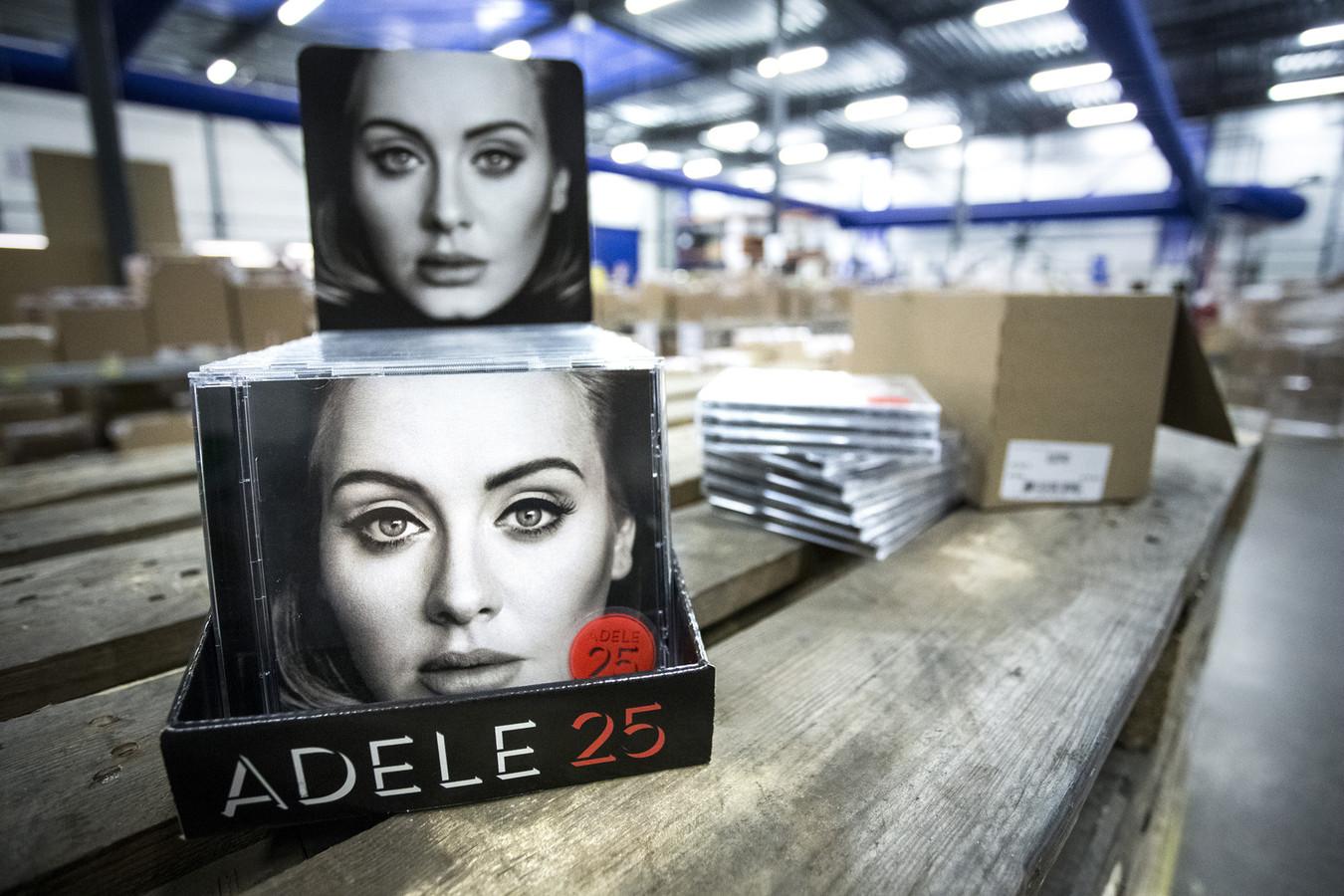 Bij een groothandel ligt de nieuwe cd 25 van Adele klaar voor distributie.