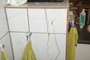 Gebarsten tegels in de badkamer. Volgens de familie Notebaart komt dat door het heien. Die badkamer is inmiddels opnieuw betegeld.