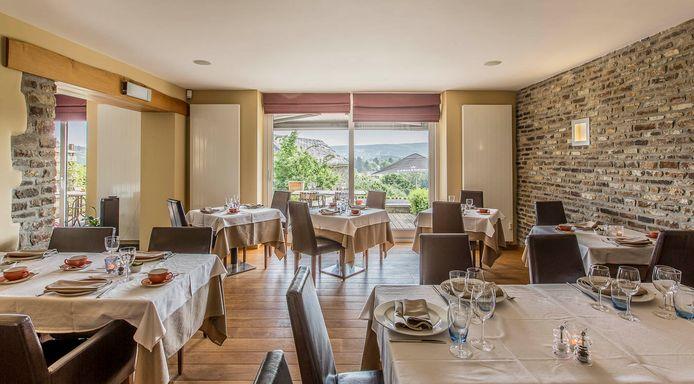 Stijlvolle kamers en ruime eetzaal in voormalig hotel (referentie: 106160-01)