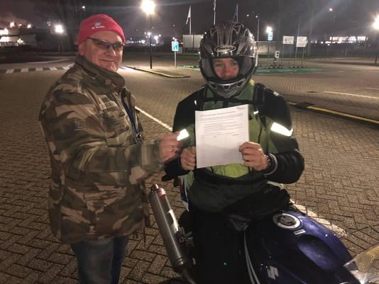 Hendrik van Dalen deelt petities uit aan de poort.