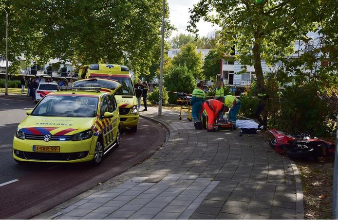 Ambulancepersoneel in actie na het ongeluk met dodelijke afloop in Nijmegen.