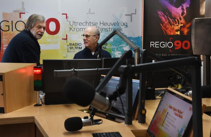 De bestuursleden Joop van Ditmarsch en Jos du Floo in de studio van Regio90 in Leersum.