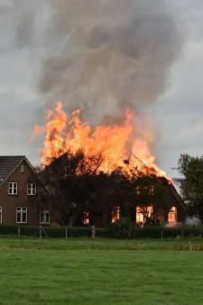 Vuurzee verwoest rietgedekte woonboerderij bij Terwolde, koeien de wei in