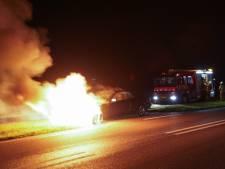 Auto vliegt tijdens het rijden in brand in Didam, automobilist ongedeerd
