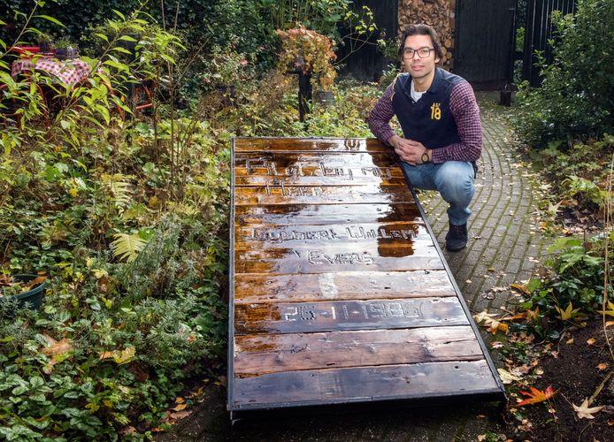 Gijsbert-Willem Evers in Putten heeft al eens de publiciteit gehaald met zijn Rentmeester-fietsen. Van oude fietsen maakt hij nieuwe. Het rentmeester-idee wil hij nu ook uitbreiden met grafmonumenten.