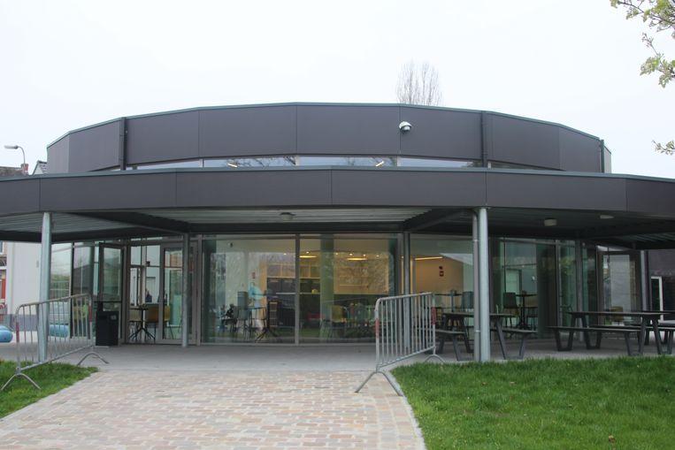 Het nieuwe ontmoetingscentrum aan het speelplein in Wanzele kostte ongeveer 2 miljoen euro.