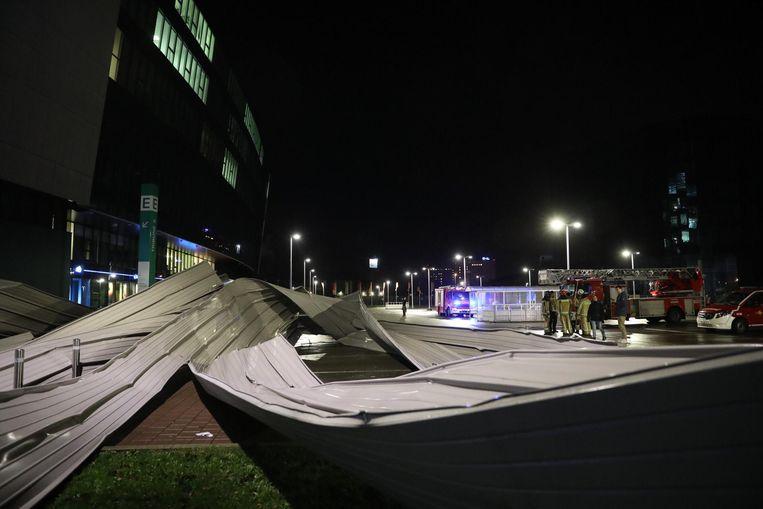 Stuk dak waait van Ghelamco Arena.