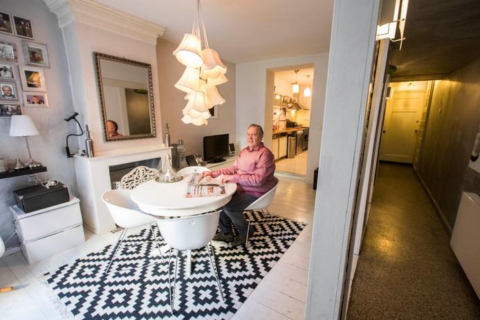 Het huis heeft veel plekjes om lekker even alleen te kunnen zijn en een opvallende wijnkelder. Het staat te koop voor 695.000 euro.