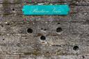 Kogelgaten van de executies in de muur van Bastion Veere in Fort Zeelandia