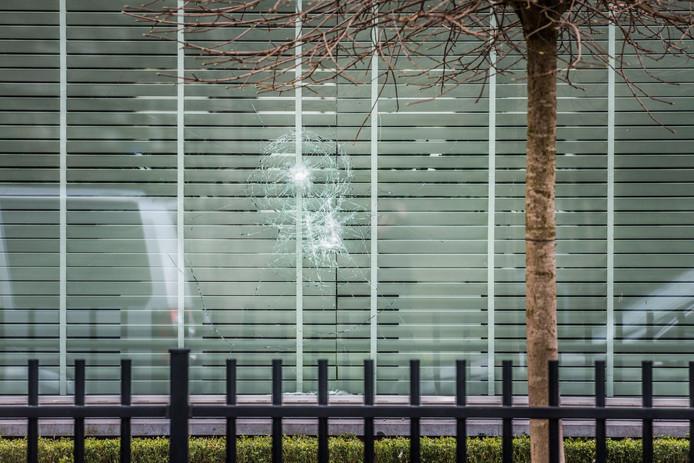 Granaat tegen woning aan Zilvermeeuwlaan in Eindhoven.