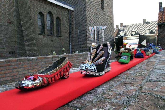Nispen Inspireert is zaterdagmiddag geopend met een rode loper vol schoenen, een kunstproject van de inwoners die van richting de Turftuin leidden. foto gerard van Offeren/pix4profs