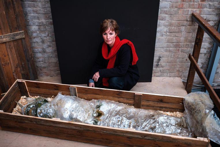 Kunstenares Magali Perbal bij haar werk, de 'restanten' van Poseidon.