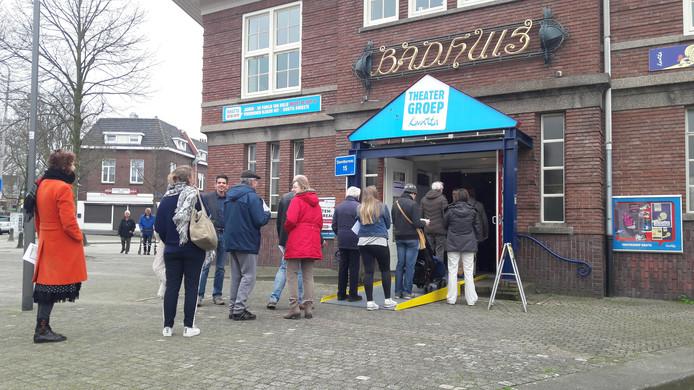 Lange rijen voor het stembureau aan de Daalseweg in Nijmegen-oost.