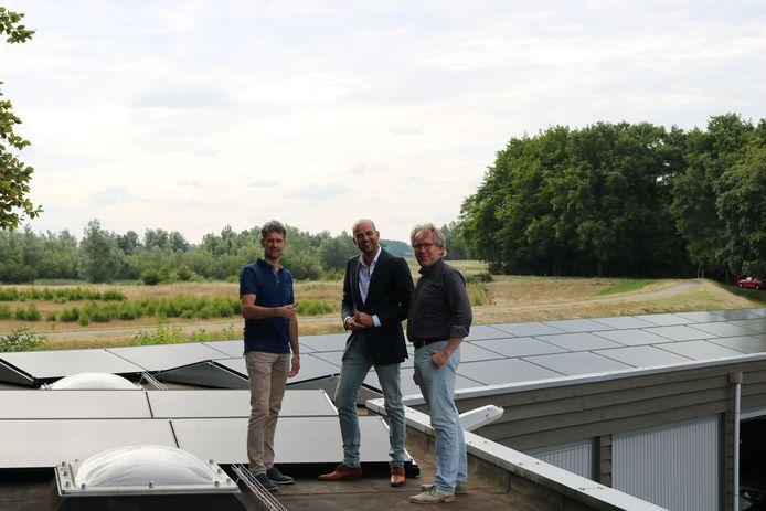Rob Koller van Koller Installatietechniek uit Hattem, wethouder Auke Schipper (midden) en Dick Stoppelenburg van Powered by Hattem (rechts) namen vrijdagmorgen de installatie in gebruik.