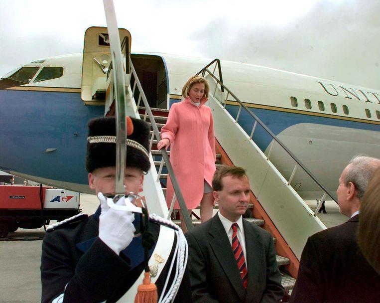 Hillary Clinton op Schiphol Beeld Ed Oudenaarden