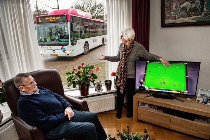 Theo Janssen en zijn vrouw Mia schrikken van de bussen die vlak langs hun huis komen.