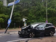 Auto knalt in Nunspeet tegen wegwijzerpaal