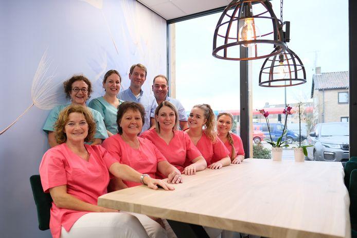Het team van het Tandheelkundig Centrum Weerselo in het nieuwe onderkomen aan de Holtwijkerstraat 8d.