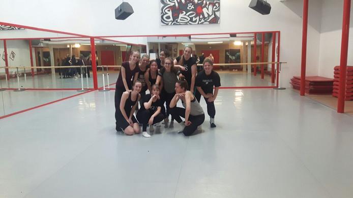 Bibi Piets, helemaal rechts vooraan op de foto, op de foto met haar dansvriendinnen.